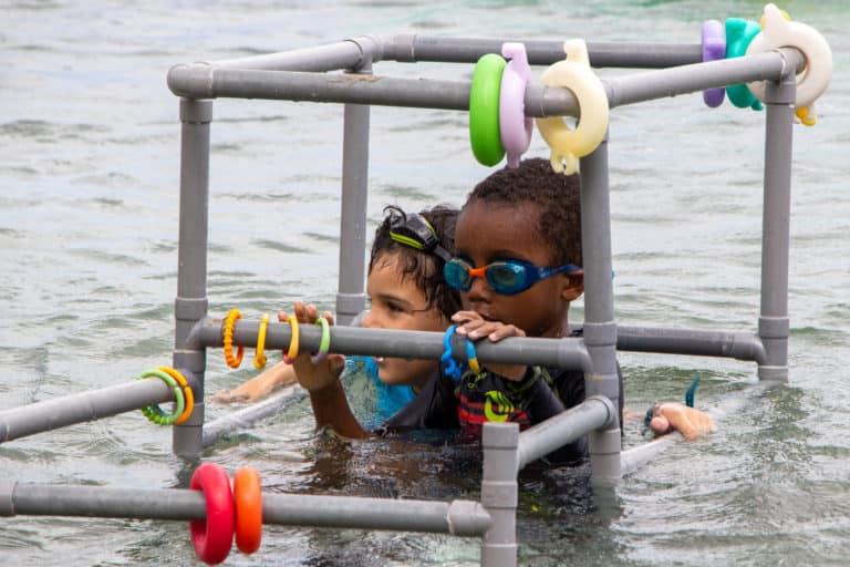 2 mecs heureux dans la petite cage aquatique