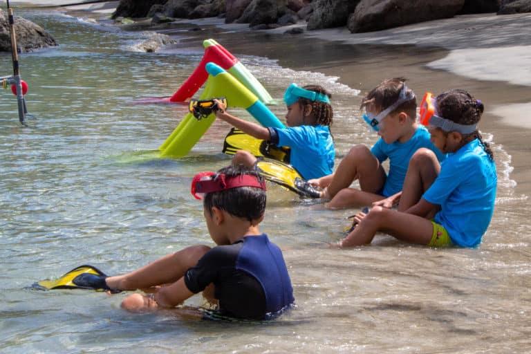 Enfants bord de mer avec palmes