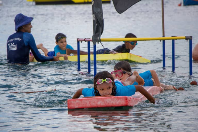 Garcons et filles sur tapis bateau